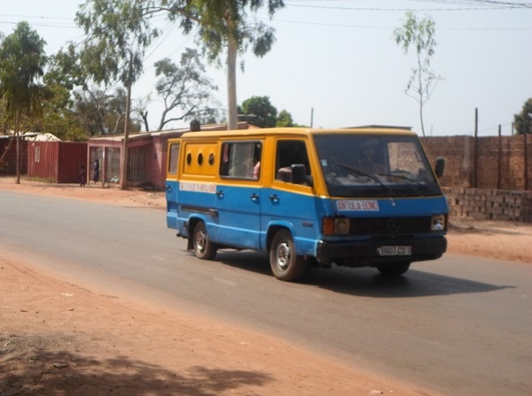 Minibus de transport urbain - crédit photo Abdoulaye Barry